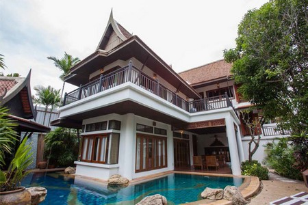 Luxury Thai Bali Style Pool Villa for rent in Jomtien Pattaya for long term rental. This house in pattaya with private swimming pool is located jus a short walk to the beach with direct beach access. 4 Bedrooms 5 Bathrooms Pool Villa is well built with high quality materials and high quality furnishings.